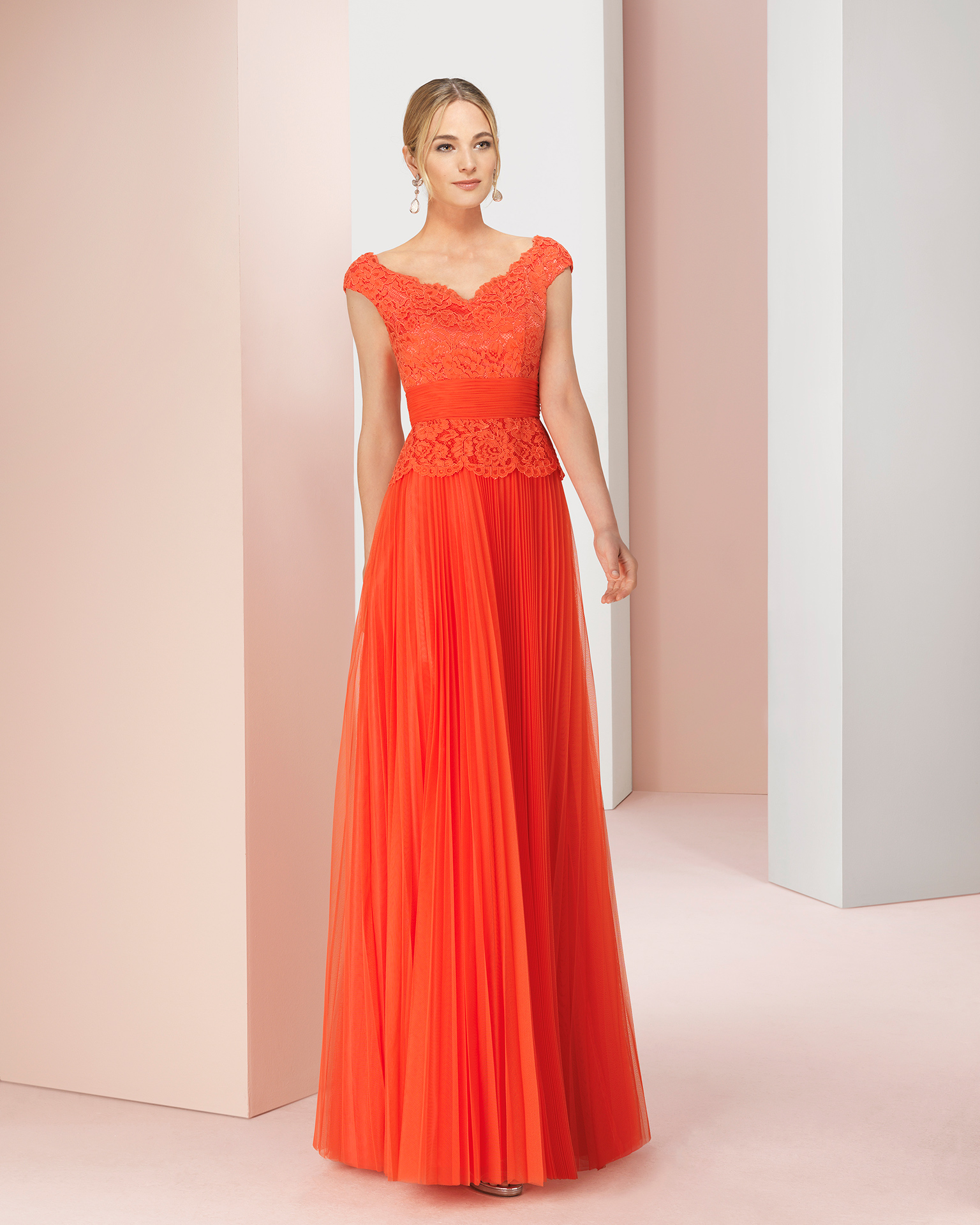 Vestido de fiesta largo de encaje y tul. Disponible en color coral,rojo,verde y cobalto. Colección COUTURE CLUB 2018.