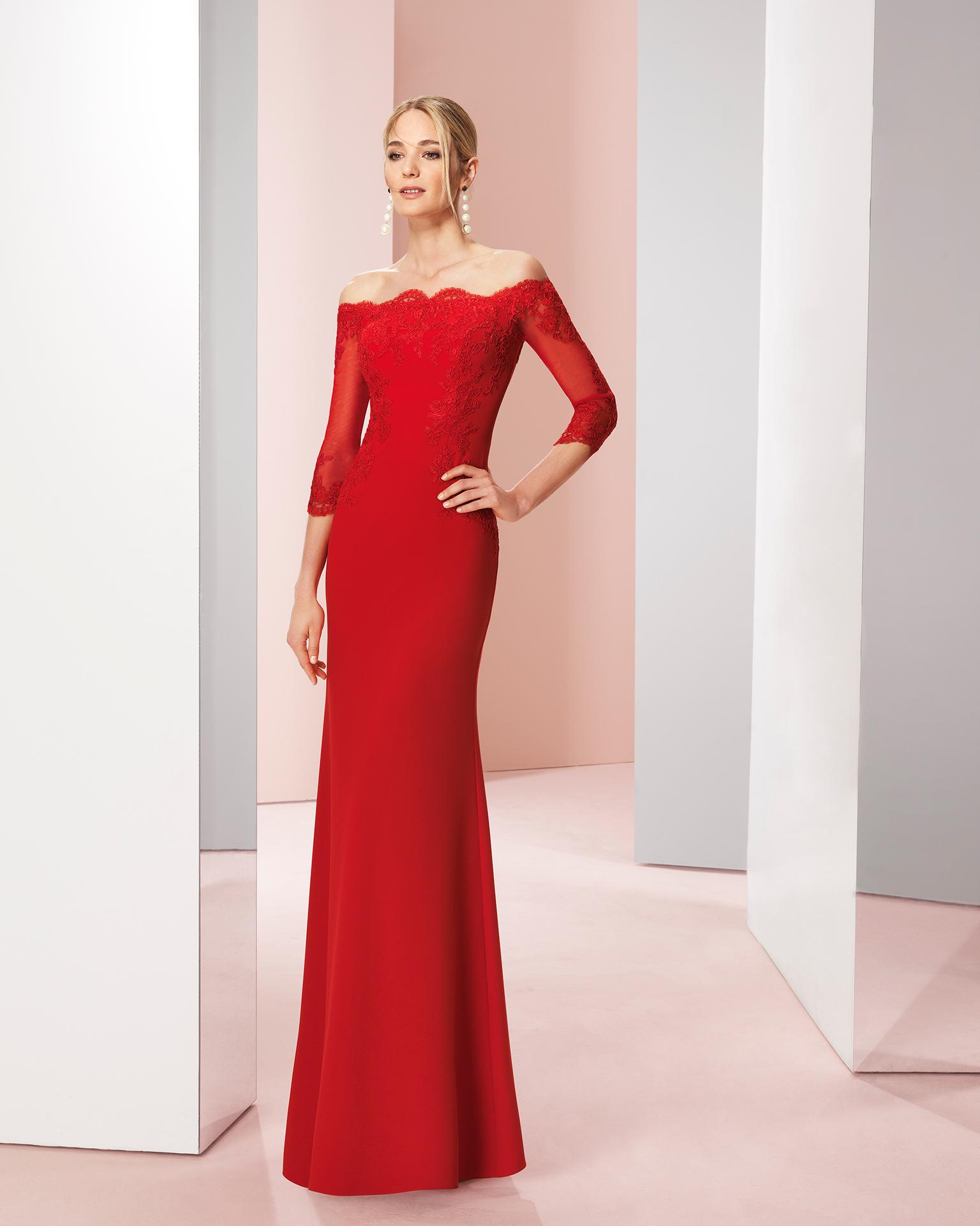 Vestido largo de fiesta en gasa con aplicaciones de encaje rebrode. Disponible en colores rojo y cobalto. Colección COUTURE CLUB 2018.