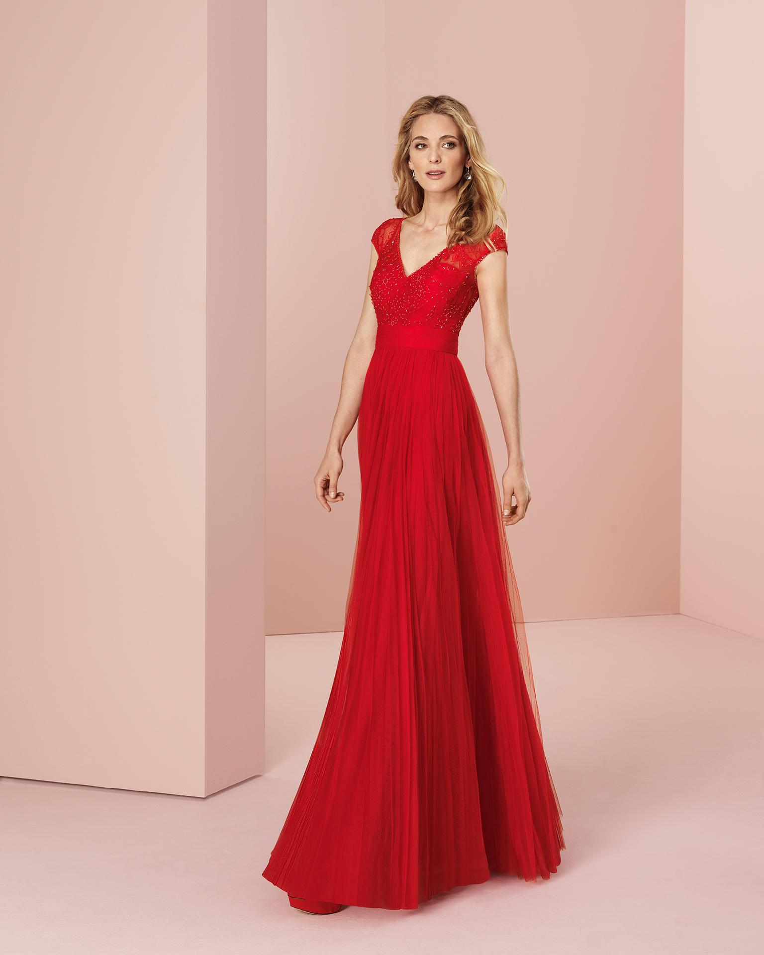 Vestido de fiesta largo con cuerpo de encaje y pedrería y falda de tul con chal. Disponible en color rojo y humo. Colección COUTURE CLUB 2018.