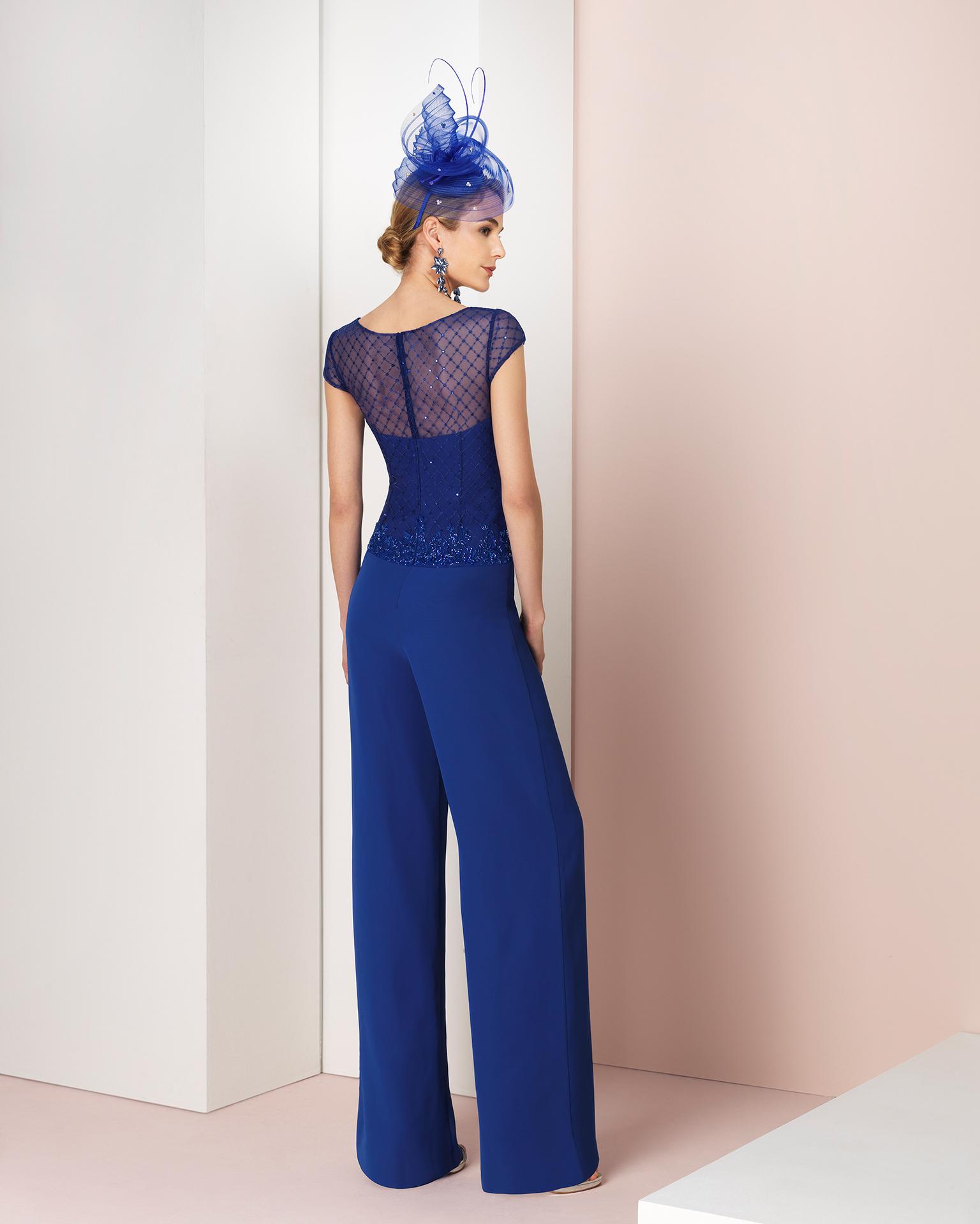 Abito-pantalone da cerimonia e coprispalle in chiffon e strass, colore blu cobalto, blu, rosa pastello, blu marino e fucsia. Collezione COUTURE CLUB 2018.