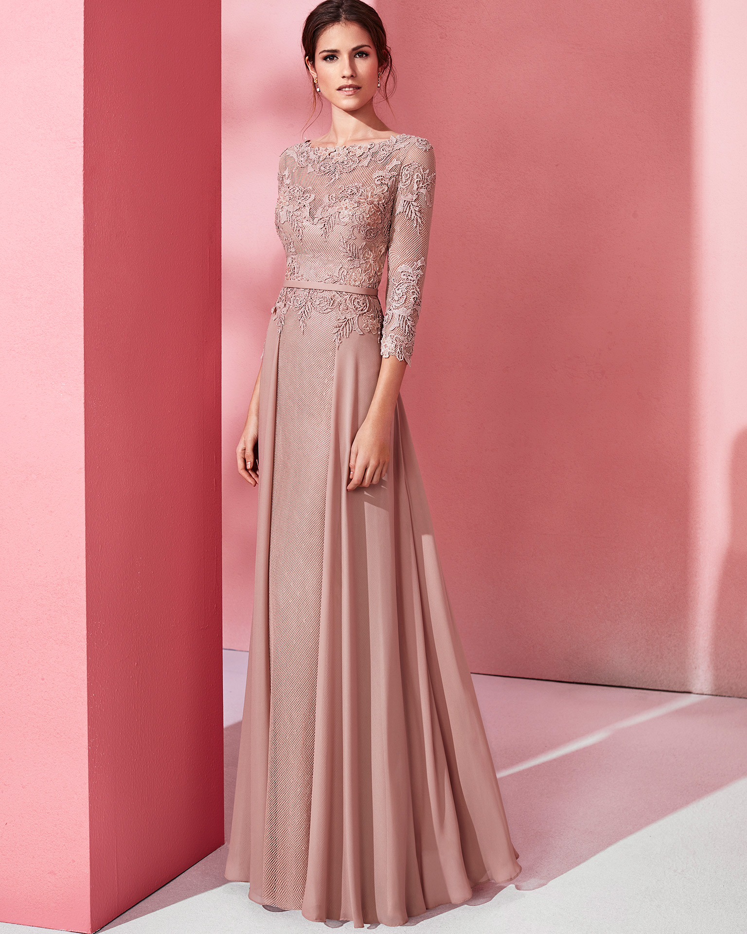 Long cocktail dress with three-quarter beaded lace and crepe Georgette sleeves. Available in pink, cobalt, beige and coral. 2018 MARFIL BARCELONA Collection.