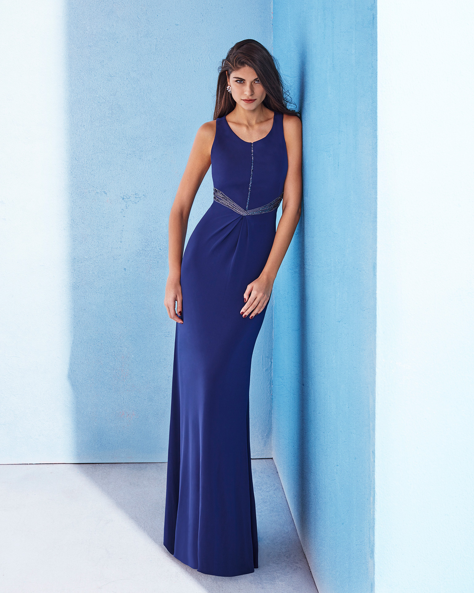 Long stretch crepe cocktail dress with round neckline and beading on waist. Available in smoke, navy blue and red. 2018 MARFIL BARCELONA Collection.
