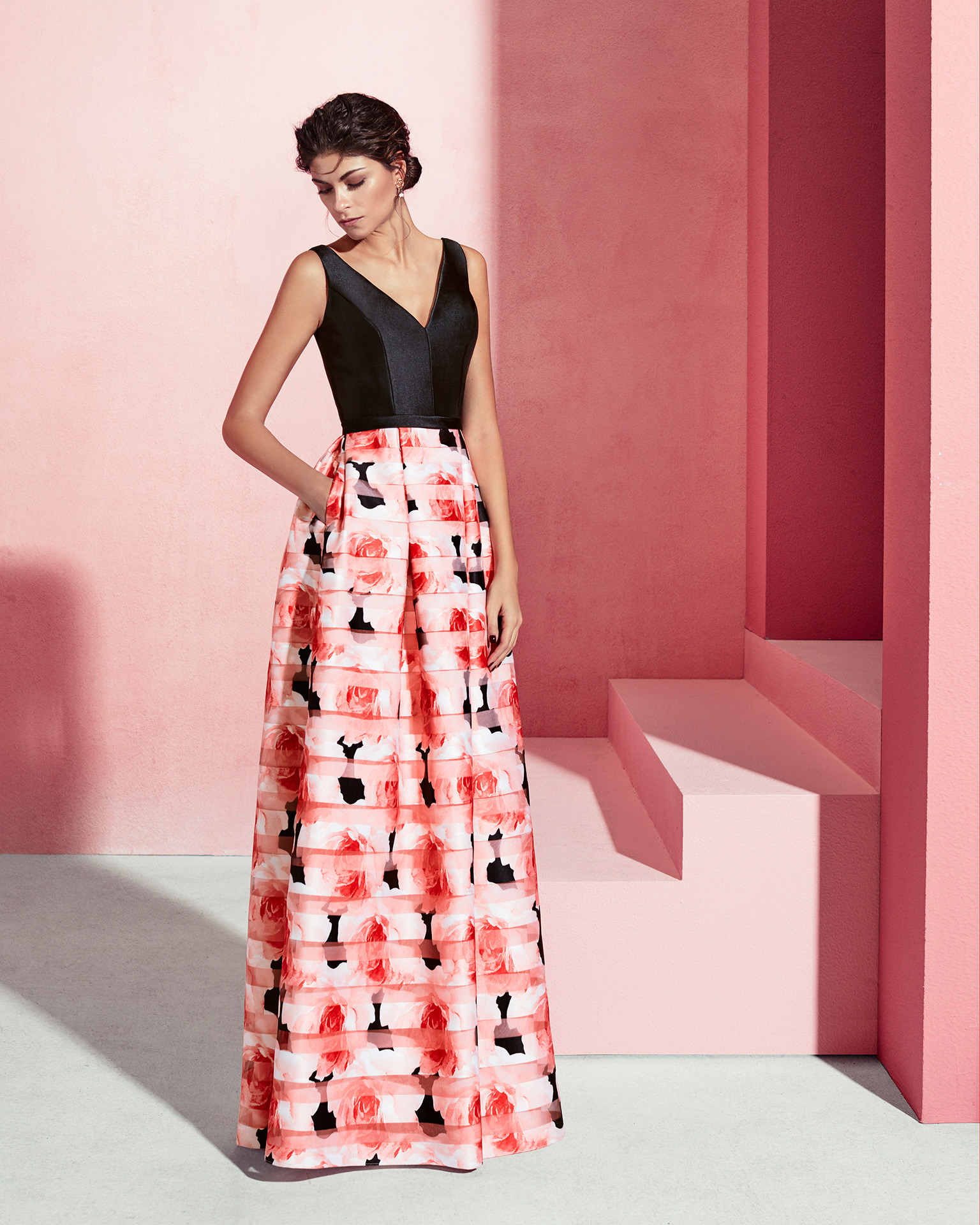 Long organza and mikado cocktail dress with V-neckline. Available in black/coral print, cobalt/cobalt print and silver/silver print. 2018 MARFIL BARCELONA Collection.