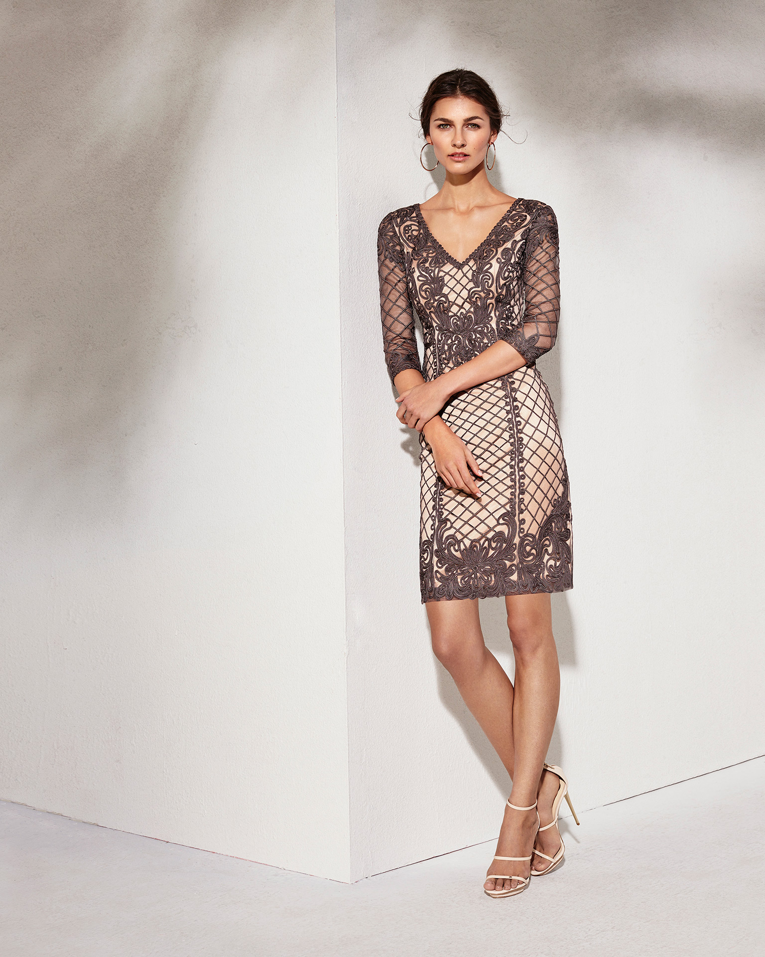 Short lace cocktail dress with chiffon jacket, V-neckline and three-quarter sleeves. Available in smoke/nude, black/ivory and navy blue/pink. 2018 MARFIL BARCELONA Collection.