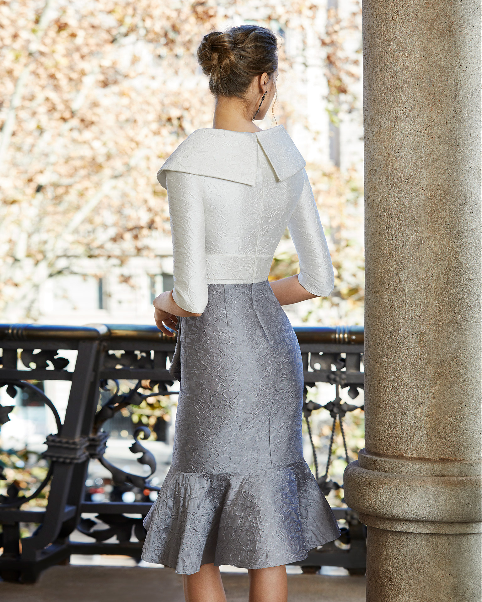 Short brocade cocktail dress with beaded brooch at the waist. V-neckline and three-quarter sleeves. 2020 COUTURE CLUB Collection.