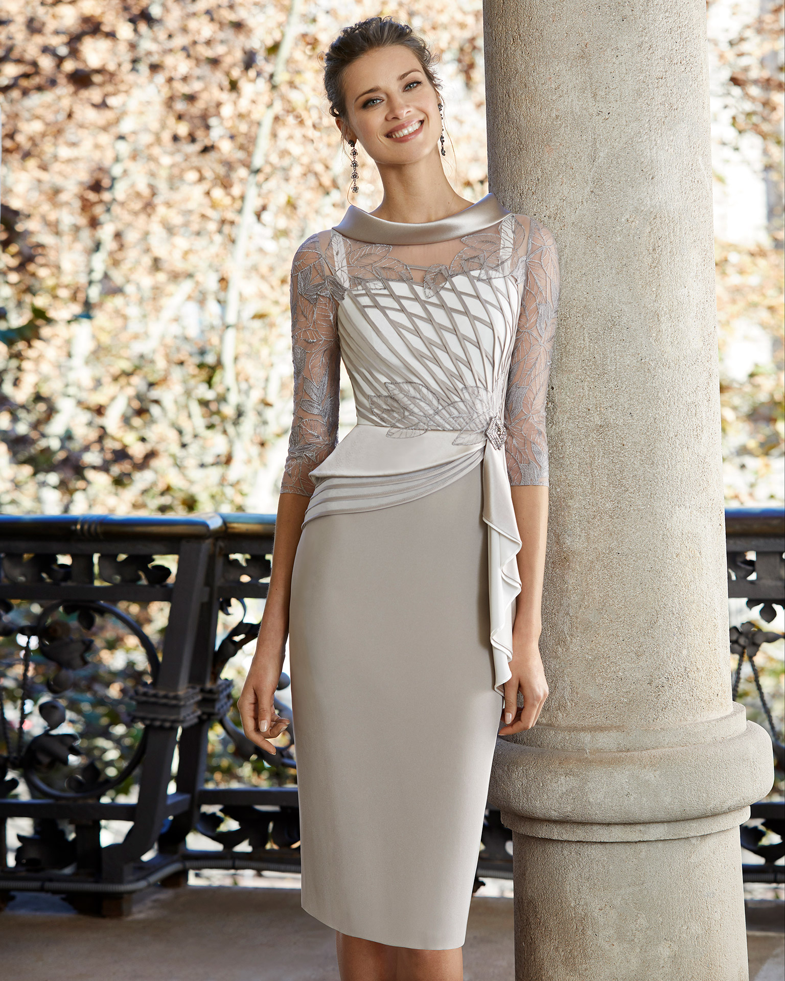 Short cocktail dress in crepe sateen with lace on the bodice. Bateau neckline with three-quarter sleeves with lace and beaded brooch at the waist. 2020 COUTURE CLUB Collection.