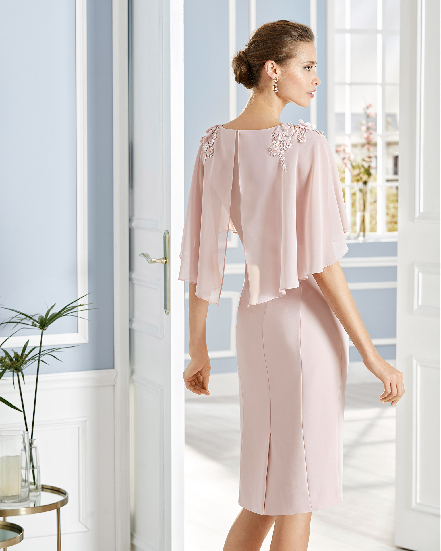 Short cocktail dress in crepe sateen with lace on the bodice. V-neckline and cape sleeves with lace on the shoulders. 2020 COUTURE CLUB Collection.