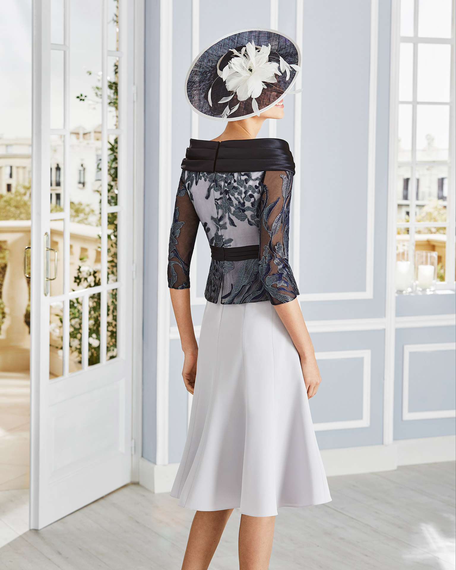 Short cocktail dress in crepe sateen with lace on the bodice. Off-the-shoulder neckline with three-quarter sleeves and sash. 2020 COUTURE CLUB Collection.