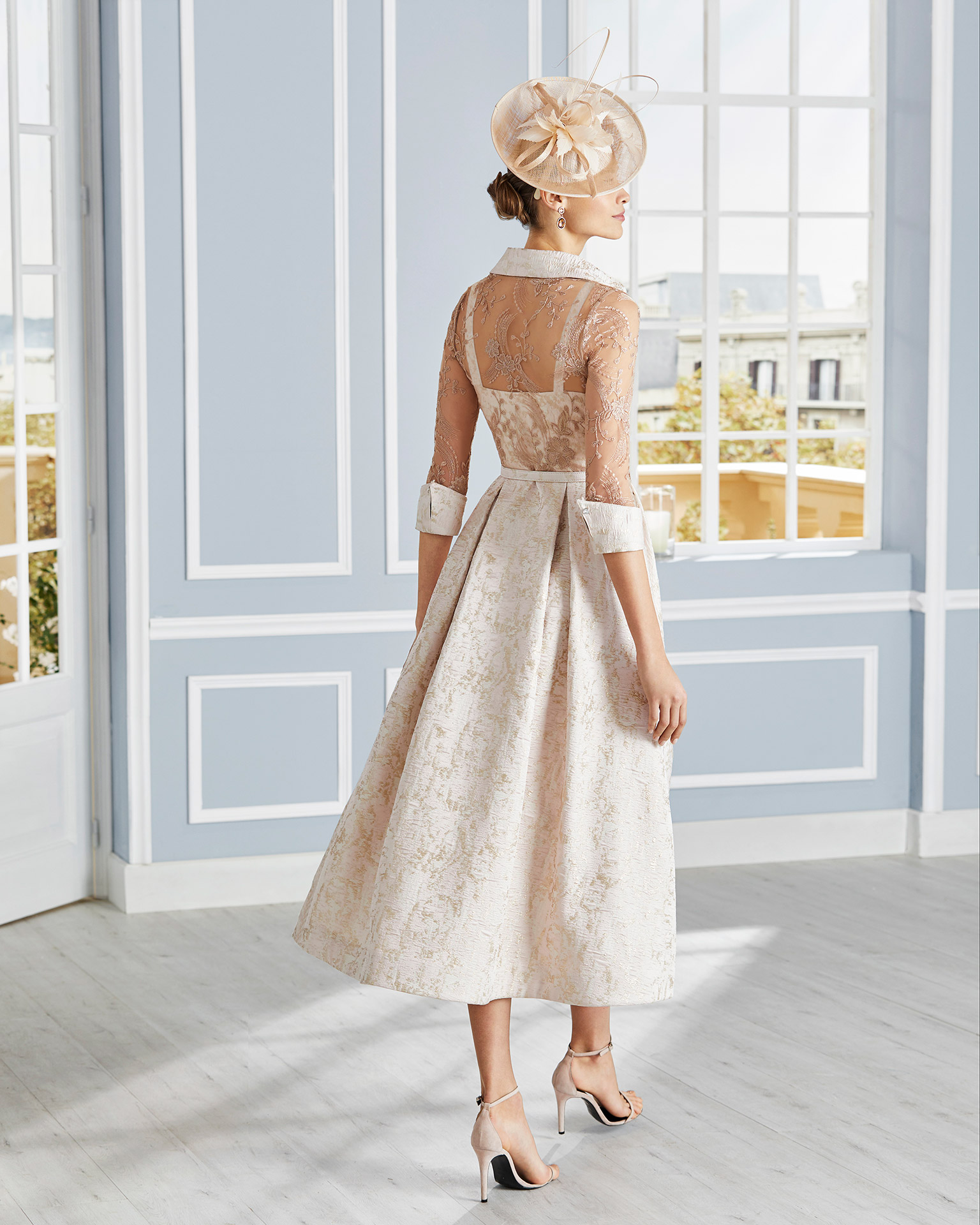 Cocktail dress in brocade with lace on the bodice. Button collar neckline and three-quarter sleeves. 2020 COUTURE CLUB Collection.