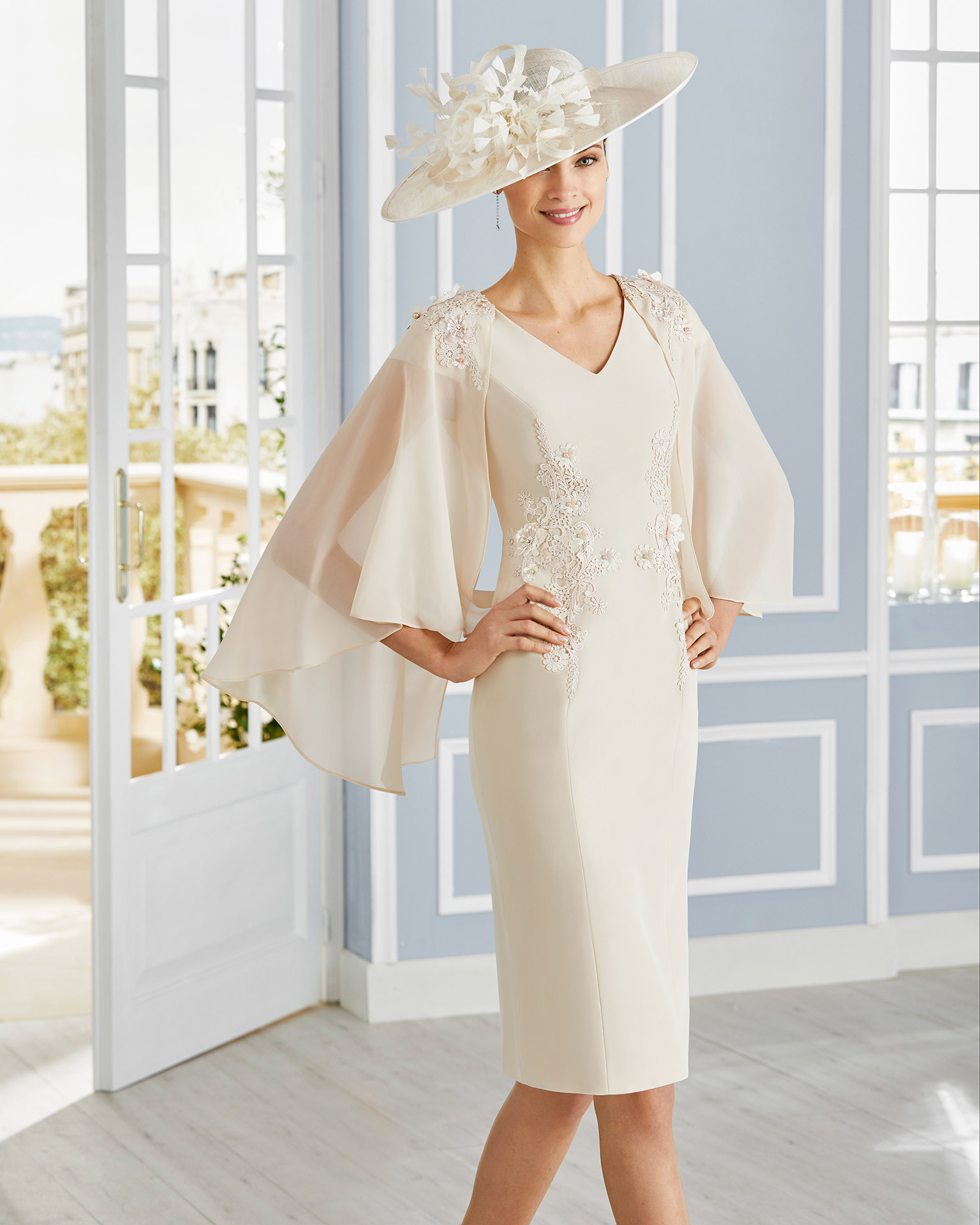 Short cocktail dress in crepe sateen with lace on the bodice. Cape-style neckline and sleeves. 2020 COUTURE CLUB Collection.