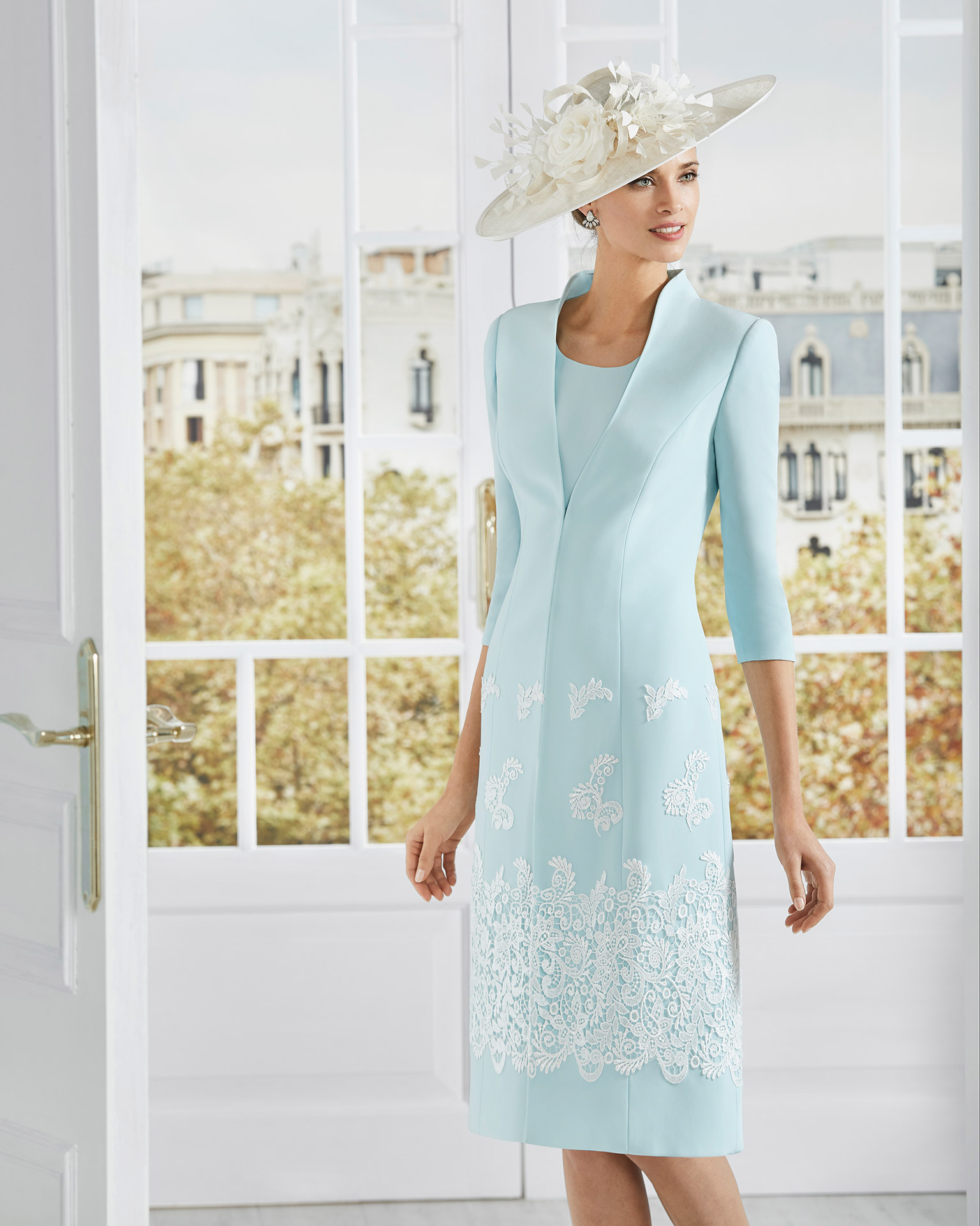 Short cocktail dress in crepe sateen with lace on the skirt. Round neckline and short sleeves. With long jacket in crepe sateen with lace. 2020 COUTURE CLUB Collection.