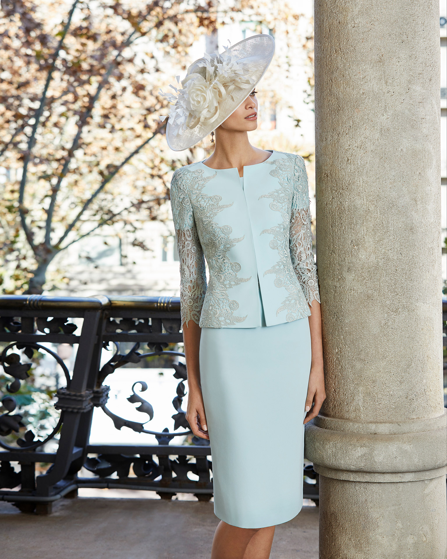 Short cocktail dress in crepe sateen with lace on the bodice. Round neckline and short sleeves. With crepe sateen and lace jacket. 2020 COUTURE CLUB Collection.
