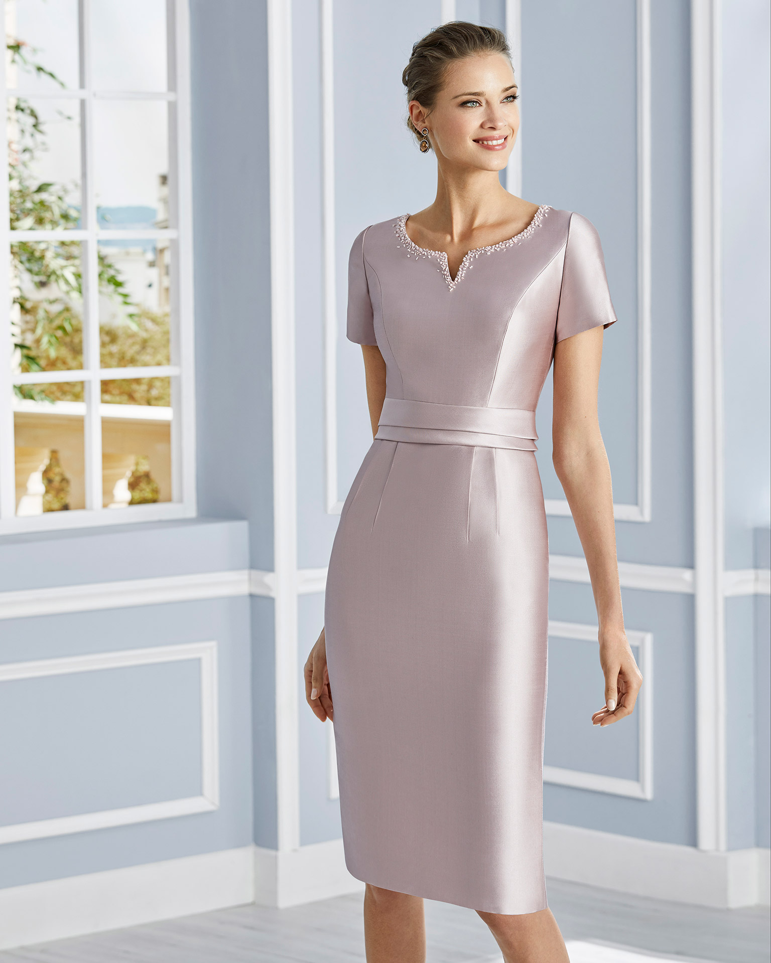 Short cocktail dress in mikado with beaded neckline. Small V-neckline with short sleeves. With crepe sateen jacket with beaded neckline. 2020 COUTURE CLUB Collection.