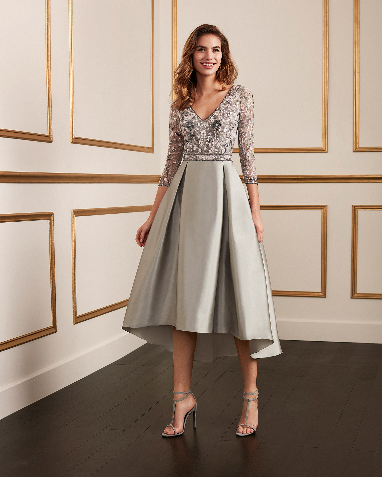 Short taffeta cocktail dress with beaded bodice. V-neckline with beaded three-quarter sleeves. 2020 MARFIL BARCELONA Collection.