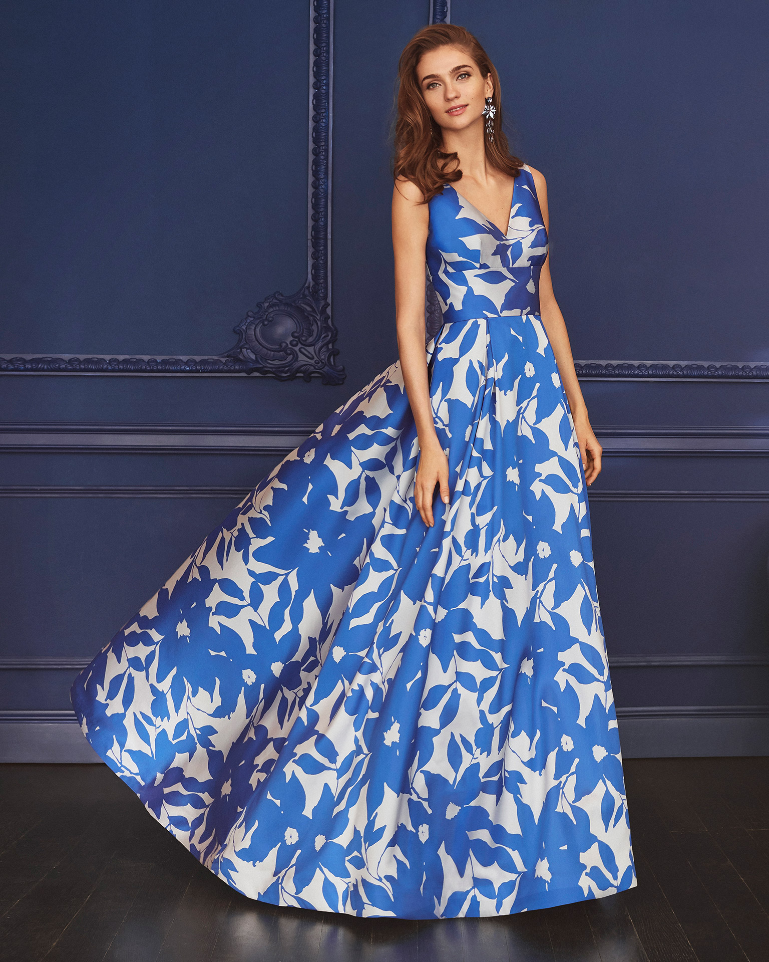 Print cocktail dress. V-neckline and full skirt. 2020 MARFIL BARCELONA Collection.