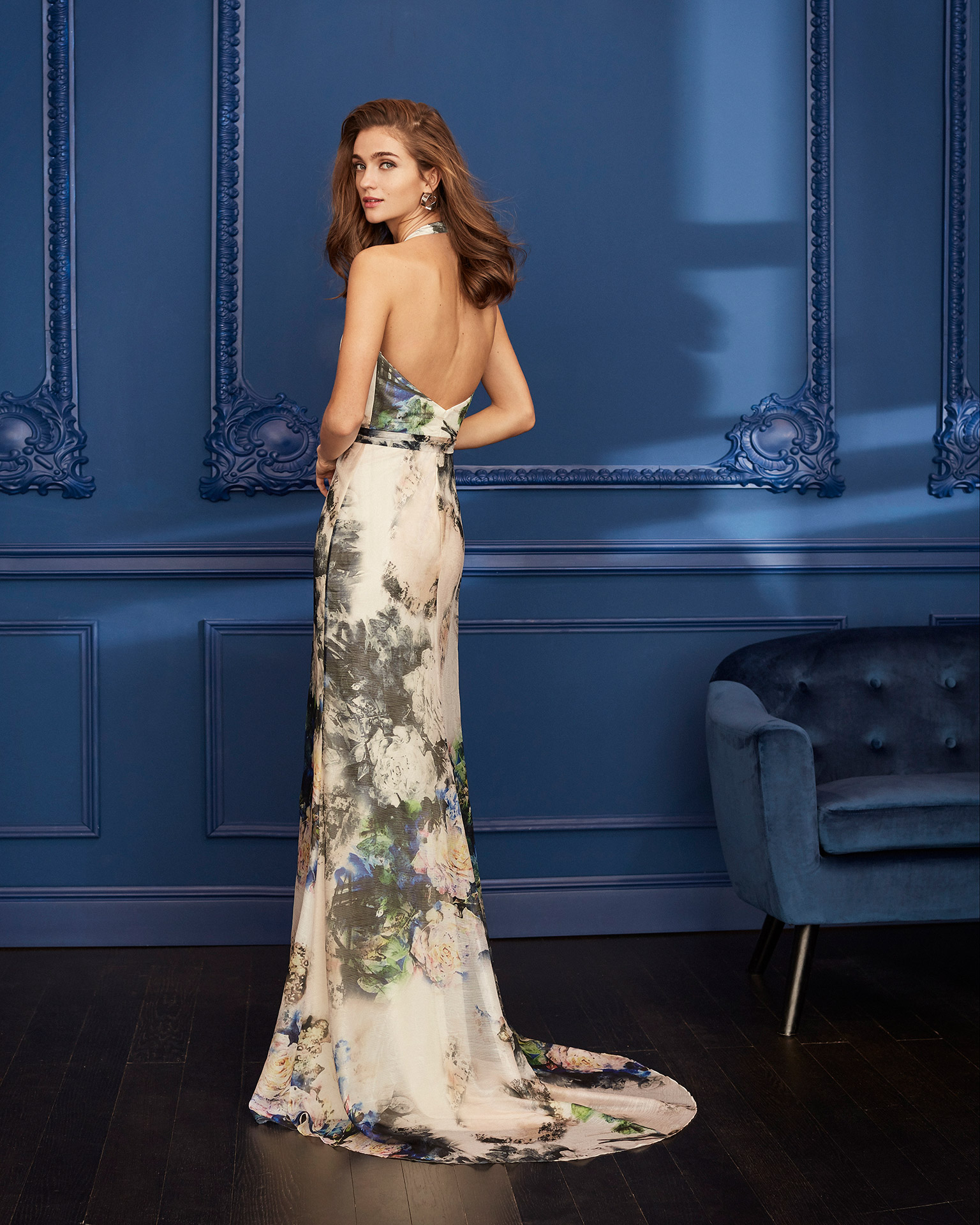 Organza cocktail dress. Halter-style V-neckline with bow at the waist. With shawl. 2020 MARFIL BARCELONA Collection.