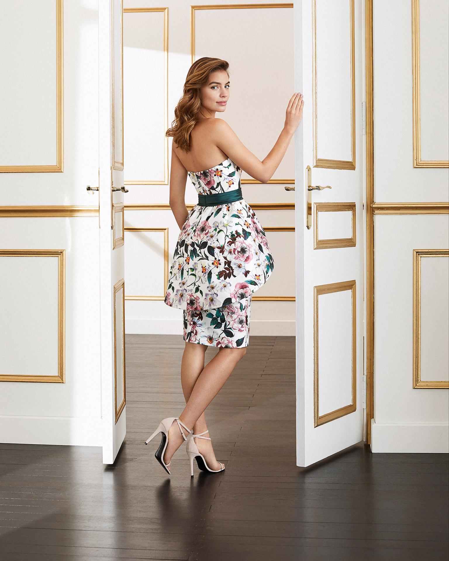 Vestido de fiesta estampado. Escote palabra de honor con fajín. Falda con volumen. Colección MARFIL BARCELONA 2020.