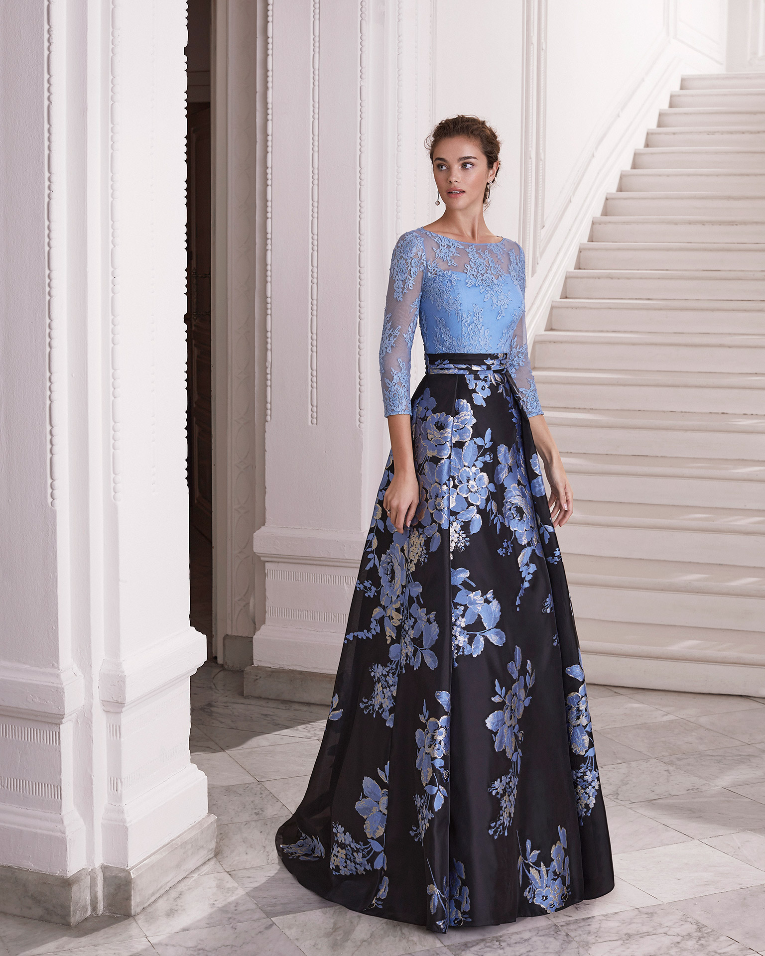 Cocktail dress in Jacquard with bodice in beaded lace. Bateau neckline over sweetheart neckline and closed back with centre opening. With pleated belt. 2021 MARFIL BARCELONA Collection.