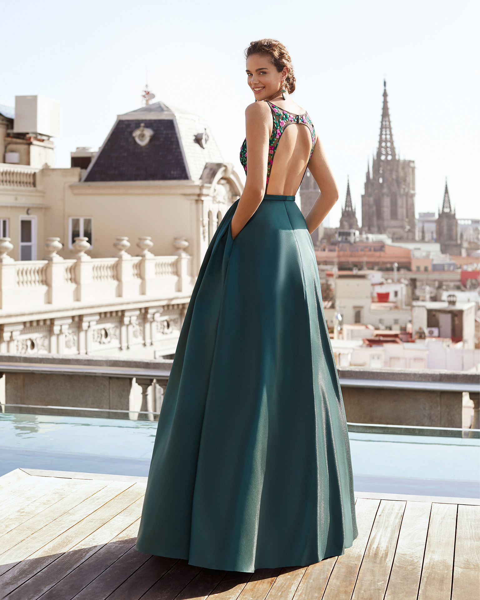 Cocktail dress in mikado with bodice in beaded lace. V-neckline and low back. With thin mikado belt. 2021 MARFIL BARCELONA Collection.