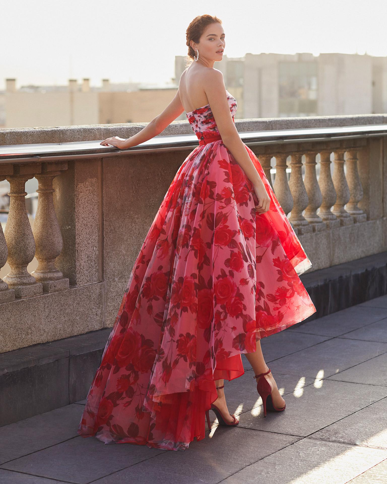 Abito da cerimonia in tulle stampato. Scollo a balconcino. Con cintura sottile e liscia di colore rosso. Collezione MARFIL BARCELONA 2021.