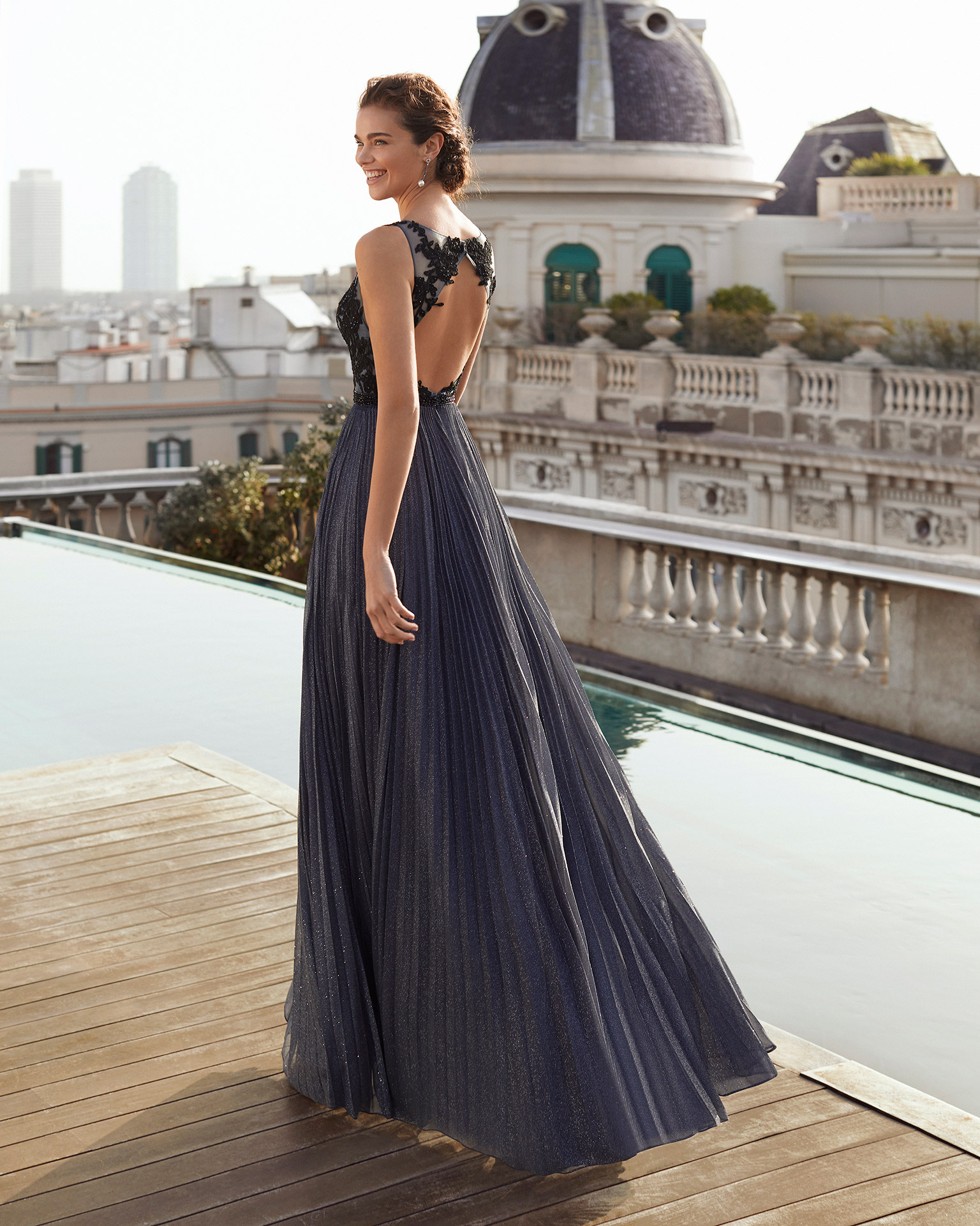 Cocktail dress in lurex chiffon with bodice in beaded lace. Bateau neckline and low back. Beaded detail at waist. With shawl. 2021 MARFIL BARCELONA Collection.