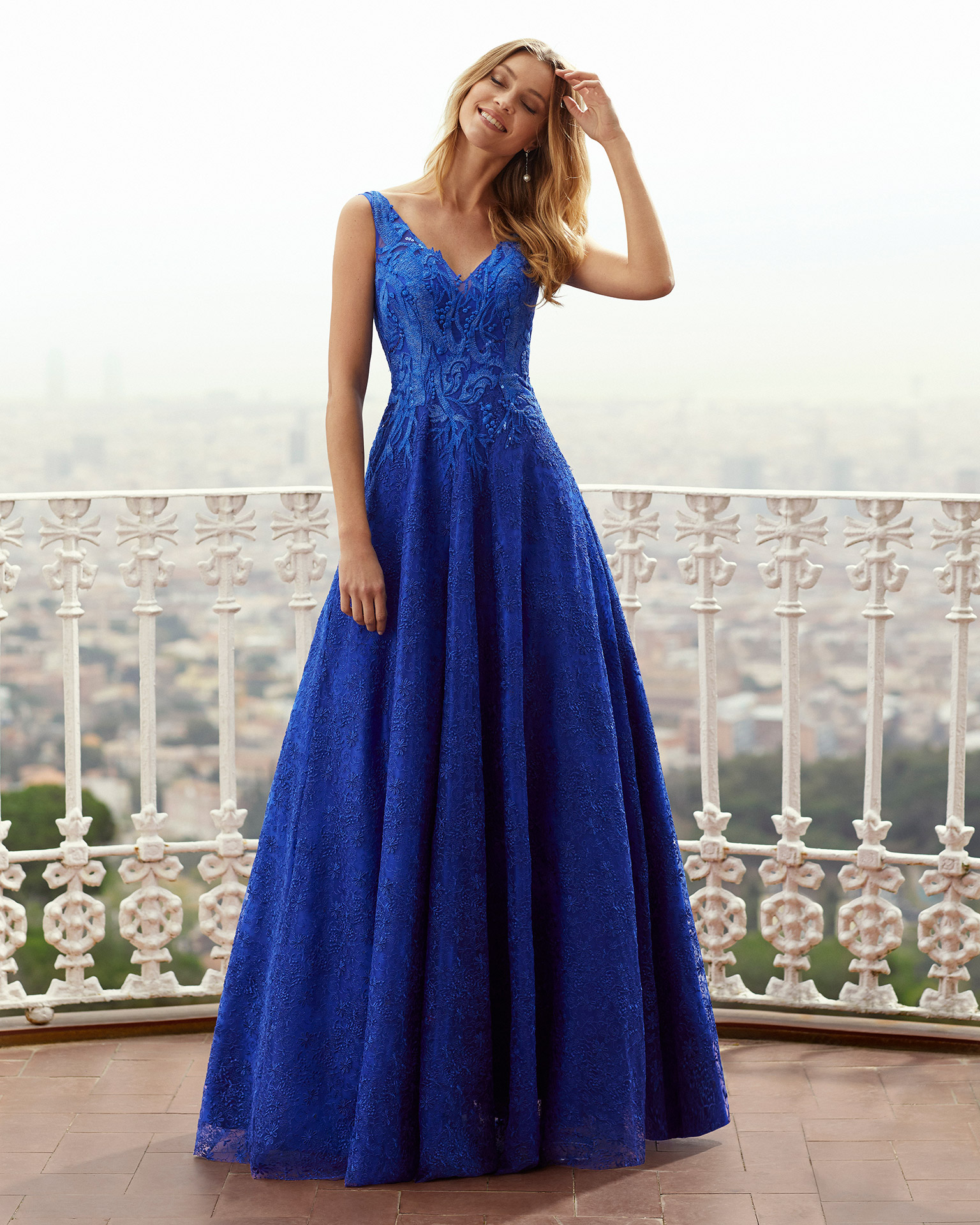 Lace cocktail dress. With V-neckline and V-back. With sequin detail on shoulder straps. With shawl. 2021 MARFIL BARCELONA Collection.