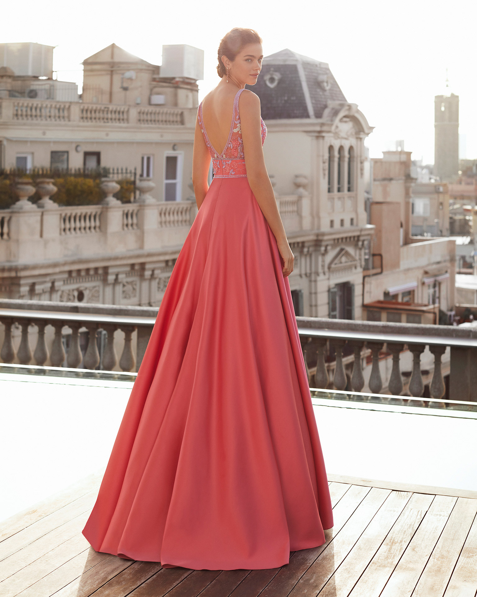 Cocktail dress in satin with bodice in beaded lace. Deep-plunge V-neckline and V-back with triangle of nude tulle. With shawl. 2021 MARFIL BARCELONA Collection.