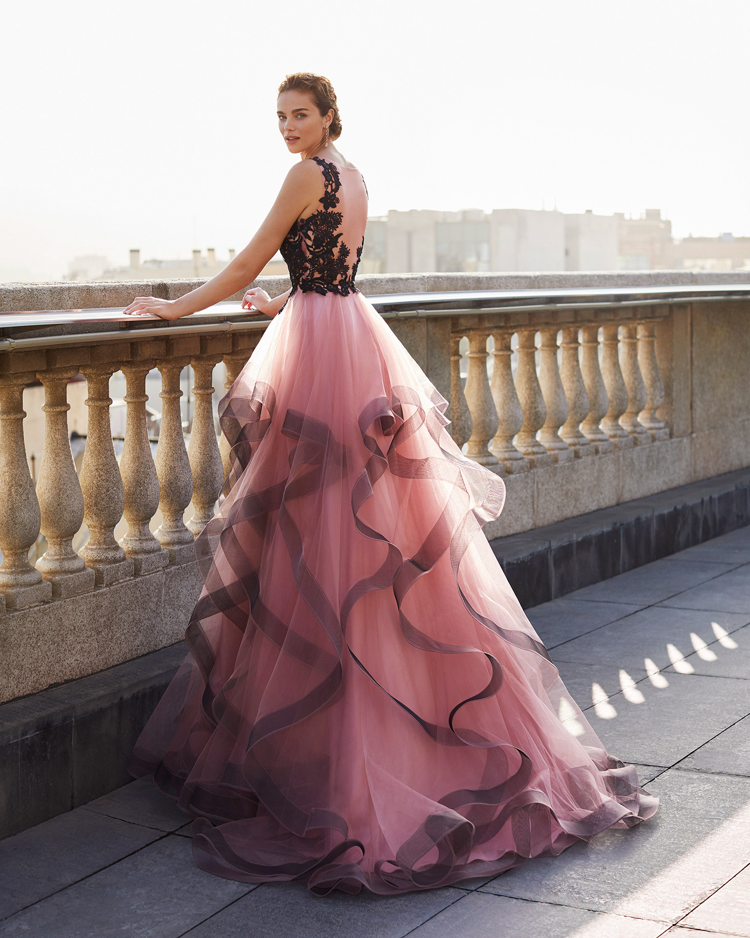 Cocktail dress in tulle with beaded lace bodice. V-neckline and closed back. With shawl. 2021 MARFIL BARCELONA Collection.